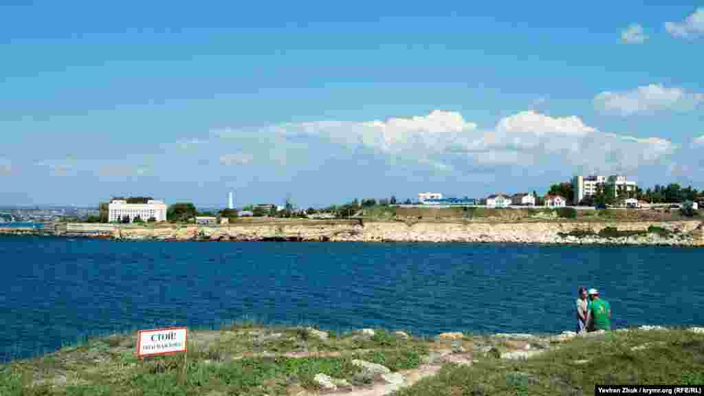 Табличка попереджає про обрив на березі Карантинної бухти