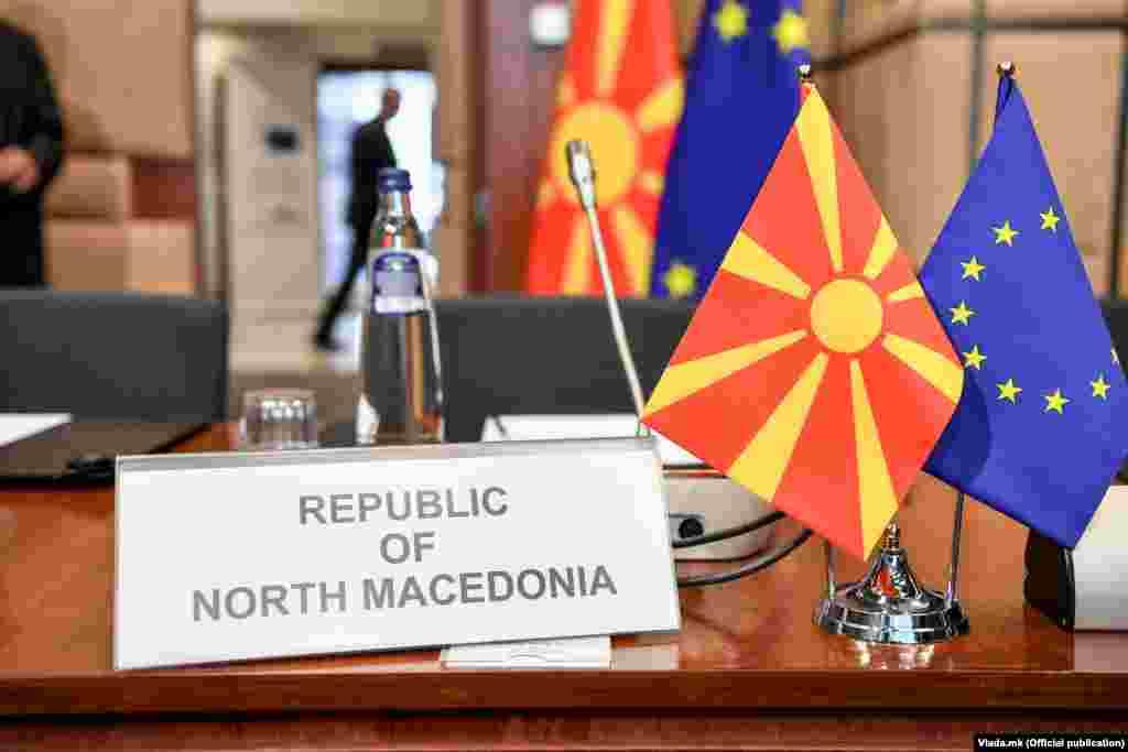 МАКЕДОНИЈА - ЕУ најверојатно ќе го одобри започнувањето на официјалните преговори за пристапување со Албанија и Северна Македонија следниот месец, сметајќи дека со тоа ќе се стабилизира проблематичниот дел од Балканот, објави Блумберг, повикувајќи се на интерно писмо што циркулирало меѓу ЕУ министрите, а во кое увид имал и Блумберг.