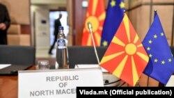 Македонско знаме и знаме на ЕУ