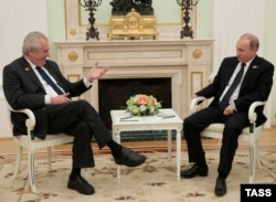 Президент Чехії Мілош Земан (ліворуч) під час зустрічі із президентом Росії Володимиром Путіним у Москві. 9 травня 2015 року