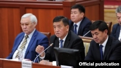 Prime Minister Sooronbai Jeenbekov (center) speaks during a parliament session on November 8.