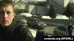 Чалавек у цывільным замінае апэратару здымаць пахаваньне Рамана Вайніцкага