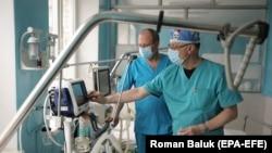 Медики працюють у відділені міської лікарні після того, як його переобладнали для можливого прийому дюдей, які захворіли на коронавірус, Львів, 23 березня 2020 року