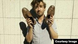 "Дэн Майклсон на плакате проекта ""Маленькие шаги"". Фрагмент"