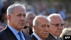 شیمون پرز (وسط) در کنار بنیامین نتانیاهو (چپ)