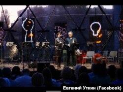 Bouquet Kyiv Stage, Євген Уткін (праворуч) у якості ведучого