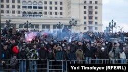 Участники акции памяти Егора Свиридова на Манежной площади в Москве 11 декабря 2010 года