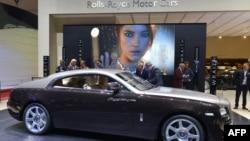 Автомобиль британского автоконцерна Rolls-Royce на Женевском автосалоне. Март 2013 года.