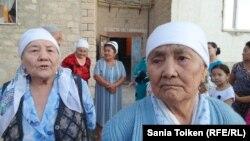 Жильцы дома № 37, пенсионерки Масура Кабдрашитова (слева) и Кумис Хамиева. Жанаозен, 29 августа 2015 года.