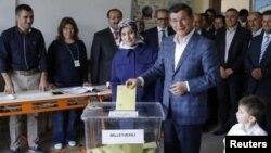 Arxiv fotosu: Türkiyənin Baş naziri Ahmet Davutoğlu səsvermə zamanı