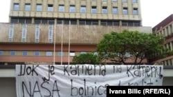 """Transparent ispred Opće bolnice """"Prim. dr. Abdulah Nakaš"""", 11. svibnja 2016."""