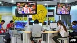 Олимпийский пресс-центр бурлит, распространяя по миру новости о выдающихся достижениях атлетов