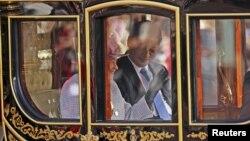Қытай президенті Си Цзиньпин мен Ұлыбритания патшайымы Елизавета Букингем сарайына күймемен келе жатыр. Лондон, 20 қазан 2015 жыл.