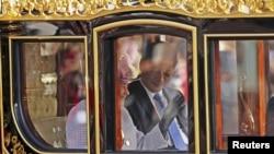 Қытай президенті Си Цзиньпин мен Ұлыбритания патшайымы екінші Елизавета патша күймесінде кетіп барады. Букингем сарайы, Лондон, 20 қазан 2015 жыл.