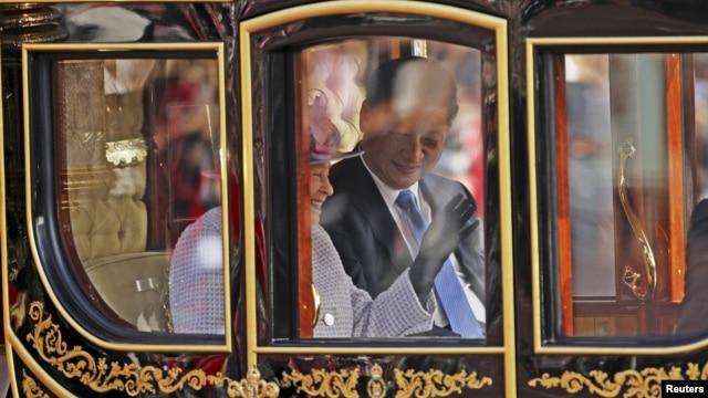 Президент Китая Си Цзиньпин и королева Великобритании Елизавета едут в ее карете в Букингемский дворец. Лондон, 20 октября 2015 года.