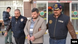 Полиция Турции ведет задержанного. Иллюстративное фото. Кония, 27 октября 2015 года.