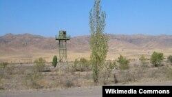 Кыргыз-казак чек арасындагы чек арачылардын көзөмөл мунарасы.
