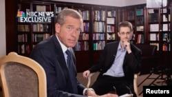 Американский телеведущий Брайан Уильямс (слева) во время интервью с Эдвардом Сноуденом.