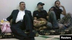 ریاض حجاب، نخست وزیر سابق سوریه که در هفته جاری به مخالفان بشار اسد پیوست،در میان گروهی از اعضای ارتش آزاد سوریه