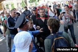 Чоловік, схожий на Бойка Василя, присутній при побитті журналістів в Києві 18 травня 2013 року