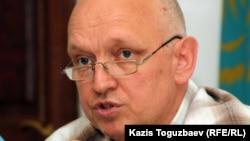 """Тіркелмеген """"Алға"""" партиясының жетекшісі Владимир Козлов парламент сайлауына қатысу үшін """"Халық майданы"""" қозғалысының құрылғанын жариялап отыр. Алматы, 29 маусым, 2011 жыл."""