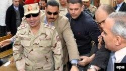 Египет әскерінің бас қолбасшысы, генерал Абдул-Фаттах әл-Сиси (алдыңғы қатарда әскери киімде). Каир, 14 қаңтар 2014 жыл.