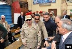 Міністр оборони і начальник генштабу збройних сил генерал Абдель-Фаттах ас-Сісі на виборчій дільниці, Каїр, 14 січня 2014 року