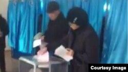 Кадр из видео гражданского активиста Талгата Аяна о предполагаемом вбросе бюллетеней на избирательном участке № 16 в Атырау. 20 марта 2016 года.