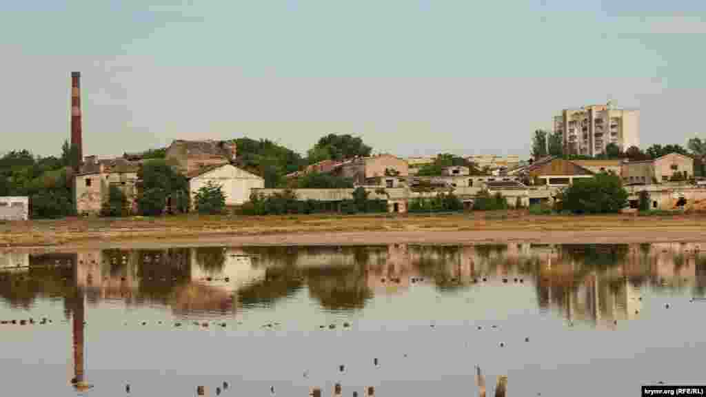 Вид на грязелечебницу «Мойнаки» и котельную с дамбы, ведущей к поселку Заозерное, что под Евпаторией