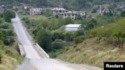 """74-километровая дорога """"Цхинвал – Ленингор"""" с шириной проезжей части 7 метров, которая по проекту должна быть оснащена современной дорожной инфраструктурой, до сих пор не сдана в эксплуатацию"""