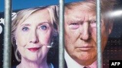 Портреты Хиллари Клинтон и Доналда Трампа на машине CNN за ограждением университета Hofstra накануне первых дебатов