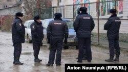 Сотрудники полиции во время обыска в Симферополе