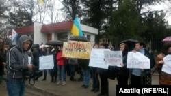 Акмәчеттә Украина хәрби диңгез көчләренең яр буе сагы гаскәрләрен яклар өчен килгән 30лап кеше янына аларга каршы 60лап казак җыелды.
