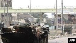 یک تانک نیروهای دولتی عراق در خیابان های بصره. عکس از (AFP)