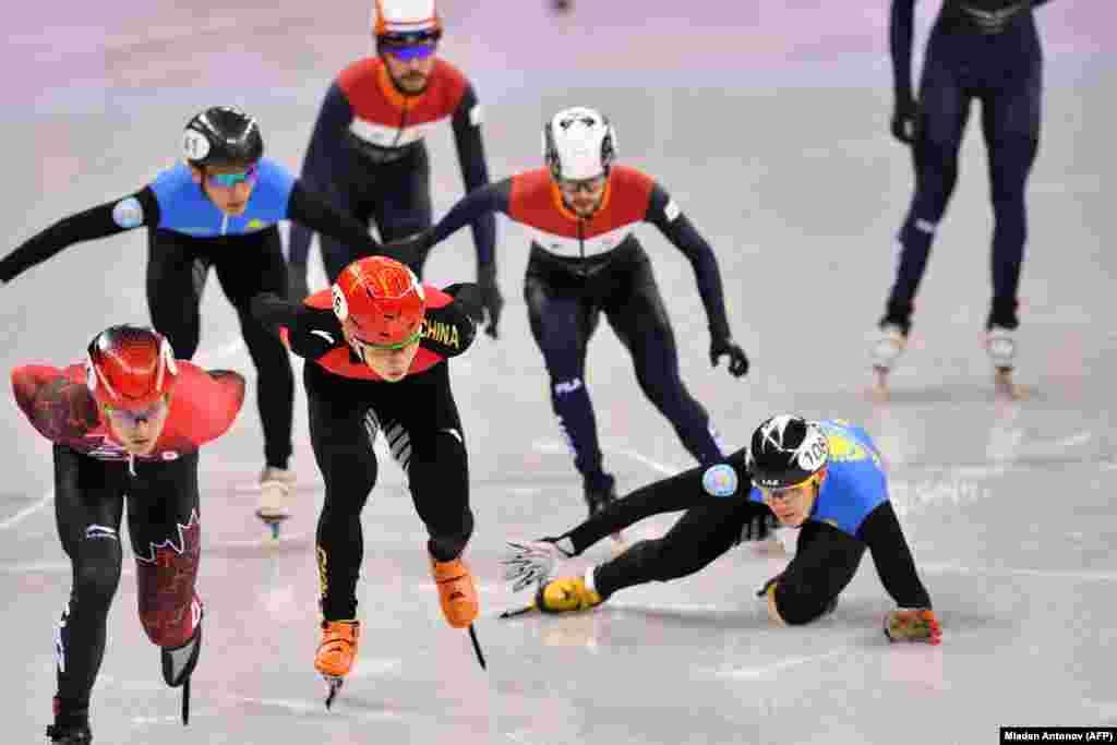 Шорт-тректен 5000 метрлік командалық эстафетада Қазақстан құрамасы финалға шыға алмады. Команда мүшесі Еркебұлан Шамуханов жарыста құлап, көп уақыт жоғалтып алды. 13 ақпан 2018 жыл.