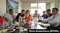 Элчи Кубанычбек Өмүралиев кыргызстандык жарандар менен.
