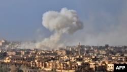 Дым над сирийским городом после авиаудара правительственных войск. Архивное фото