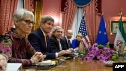 وندی شرمن (نفر اول از سمت چپ) در کنار تیم گفتوگوکننده هستهای آمریکا در مذاکره با همتایان ایرانی