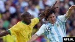 """Товарищеский матч Бразилия - Аргентина 3 сентября 2006 года. Фото агентства """"Рейтер""""."""