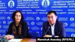 Правозащитник Бахытжан Торегожина и адвокат Галым Нурпеисов на пресс-конференции в пресс-центре Казахстанского бюро по правам человека. Алматы,17 октябрь 2019 года.