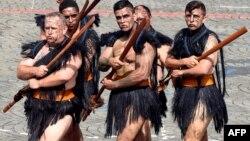 Militari maori la parada militară de Ziua Bastiliei în Place de la Concorde, Paris, 14 iulie 2016. Între cei 3.000 de militari invitați anul acesta la parada de la Paris s-au numărat și reprezentanți ai Noii Zeelande și Australiei.