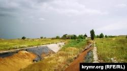 Ответвление Северо-Крымского канала, с которого неизвестными были демонтированы укрепительные бетонные плиты, июнь 2019 года