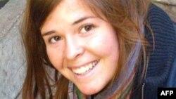 Kayla Mueller 2013-cü ilin avqustunda İspaniya Sərhədsiz Həkimlər təşkilatının Hələbdəki xəstəxanasından çıxarkən oğurlanmışdı