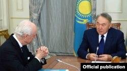 Президент Казахстана Нурсултан Назарбаев (справа) и спецпосланник ООН по Сирии Стаффан де Мистура. Астана, 23 января 2017 года.