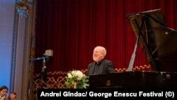 Aplauze pentru Martin Oppitz la finalul recitalului Beethoven-Enescu-Schubert de la Ateneul Român