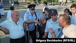 Жители Ростова-на-Дону в присутствии полиции обмениваются аргументами в пользу и против Украины, 24 августа 2014 г.