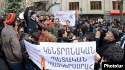 Armenia - Pro-opposition university students demonstrate outside the Central Election Commission in Yerevan as it approves the final results of the February 18 presidential election, 25Feb2013.