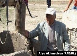 Житель села Кольтабан стоит возле колодца.