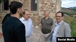 Рафаил Хәкимов (уңнан икенче) һәм Гуливер Алтын (уңда) 2015 елның июлендә Кырымда