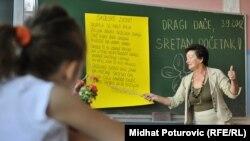 Учитель на уроке. Иллюстративное фото.